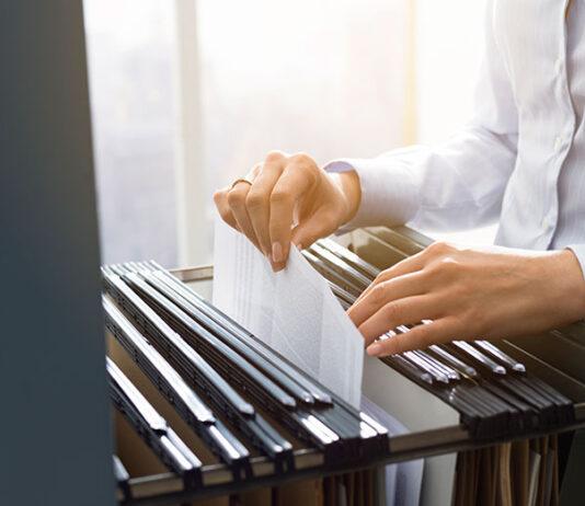 Szafy na dokumenty: metalowe czy drewniane